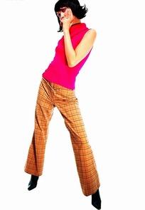 手托腮思考问题的时尚女士特写照片
