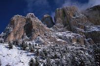 耸立的高山和积雪美景