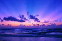 天空晚霞和海面波浪景色