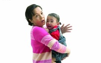 外婆抱着哭泣的小女孩特写照片