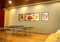 房间里的乒乓球桌和墙上的壁画