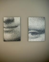 墙上的两张蒙娜丽莎的局部图片
