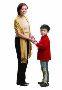 站着与儿子手拉手面对面的中年女人
