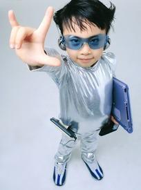 做我爱你手势带眼镜拿电脑的银色衣服小男孩