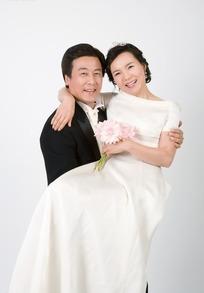 穿婚礼服抱一起的中年夫妻