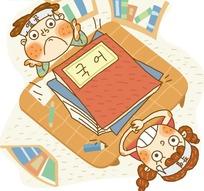 书桌边仰着头的两个韩国小朋友