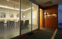 玻璃门后的会议室