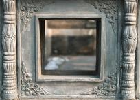 方孔旁四角卷草纹和两边莲瓣石柱石雕