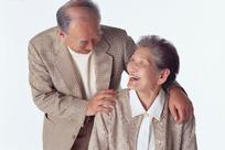 相视微笑的老夫妻