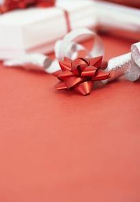 红色装饰花和银色闪光彩带