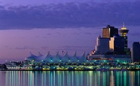 夜景中倒影在水面的彩色城市灯光