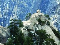 高山山顶岩石和亭子