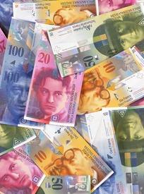 堆在一起的各国钱币