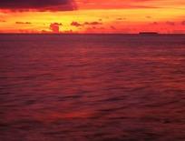 黄昏时海面波浪景色