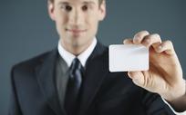 拿白色卡片的职业男士