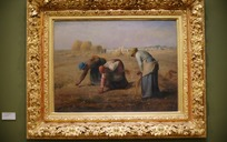 画框中捡麦穗的老妇人