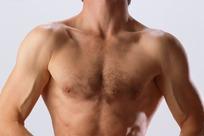 抬头的健壮男人胸部特写