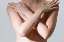 手臂交叉的女性特写