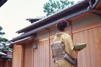 穿和服的日本女人背影