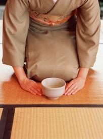 跪在竹席上的日本女人和一碗抹茶
