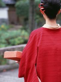 红色和服抱着便当包的日本女人背影