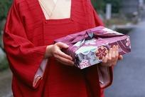 捧着便当包的日本女人