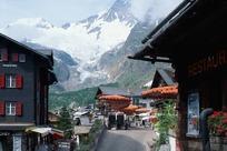 雪山下装饰精美的旅店