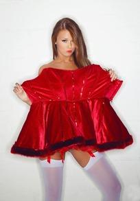手拿红裙的外国白丝袜美女