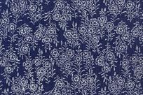 深蓝背景上的重复植物布料图案