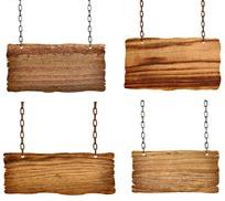 铁链吊着的木板指示牌