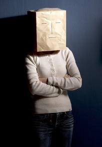 头套纸袋双手交叉在胸前的女人