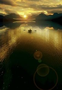 湖面上的小船和镜头光晕