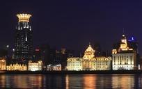 倒映着灯光的水面和城市夜景