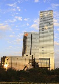 蓝天下现代建筑高楼大厦仰视图