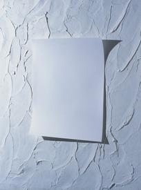 手里拿着白纸的图片_