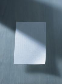 桌面的一张空白作文纸