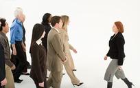 逆着人群走的外国中年女人