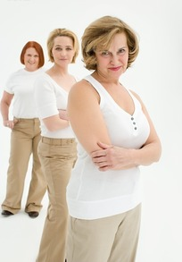 微笑站开的三个外国中年女人