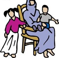 坐在椅子上抱着小孩的阿拉伯妇女