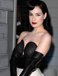 穿黑色性感衣的蒂塔·万·提斯