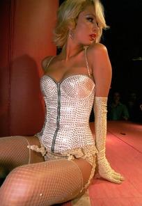 坐在台上性感的帕丽斯·希尔顿