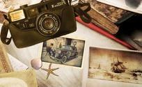 主题插画沙滩上的怀旧照片和照相机