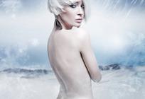 风雪中裸露身体的白色短发外国美女背部