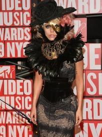 穿黑色套裙的外国女歌手Lady Gaga