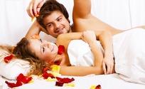 床上躺着的情侣和红色花瓣