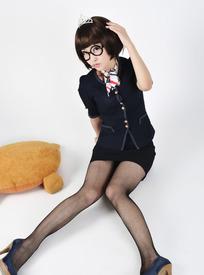 戴着眼镜坐在地上黑色丝袜长腿的可爱女孩