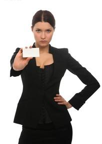 单手叉腰举着卡片模版的外国行政女性