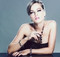 露肩抹胸晚礼服戴着项链戒指首饰性感外国美女