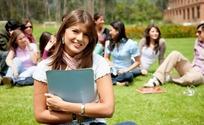 坐在草地一群开心交谈的美女