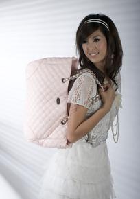 美女 粉色/背着粉色包包的长发美女